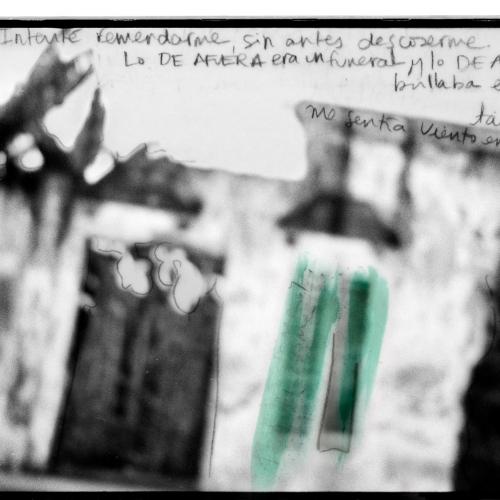 """""""La pared del Viento # 1"""" / Técnica: fotografía análoga, texto, dibujo. Película: Ilford Pan 100 / Dimensiones de la obra: cm."""