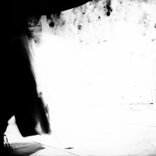 """""""Sentarse"""" de la serie """"Pararse, sentarse y la fuga del pensamiento"""" / Técnica: fotografía análoga y composición digital. Película: Ilford Pan F Plus 50 / Dimensiones de la obra: cm."""