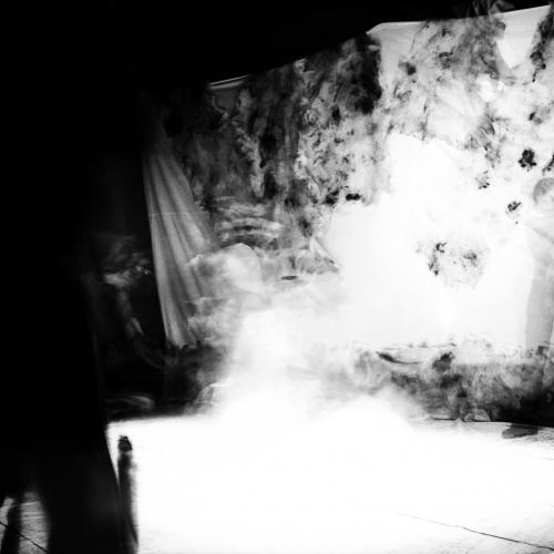 """""""Pararse"""" de la serie """"Pararse, sentarse y la fuga del pensamiento"""" / Técnica: fotografía análoga y composición digital. Película: Ilford Pan F Plus 50 / Dimensiones de la obra: cm."""